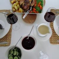 Ruotsalaistyyppinen sunnuntaiateria: paistettua kanaa kermakastikkeessa ja Rimbo-pullia