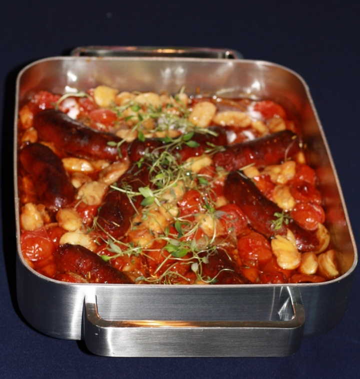 Chorizot ovat ihanasti paahtuneet, tomaatit mehevöityneet ja pavut pehmenneet. Nam.