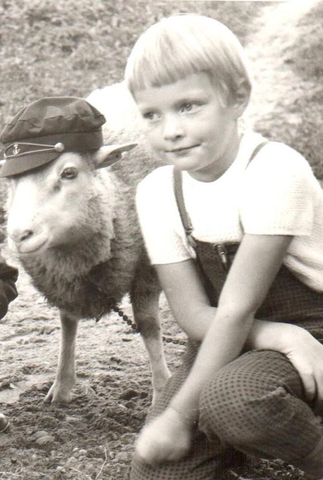 Eunukkia ja Rva R. Eunukilla ei ollut jatkuvasti lippalakkia päässään. Kuva on kesältä 1965 eli olen viisivuotias ja vakava (jo silloin).