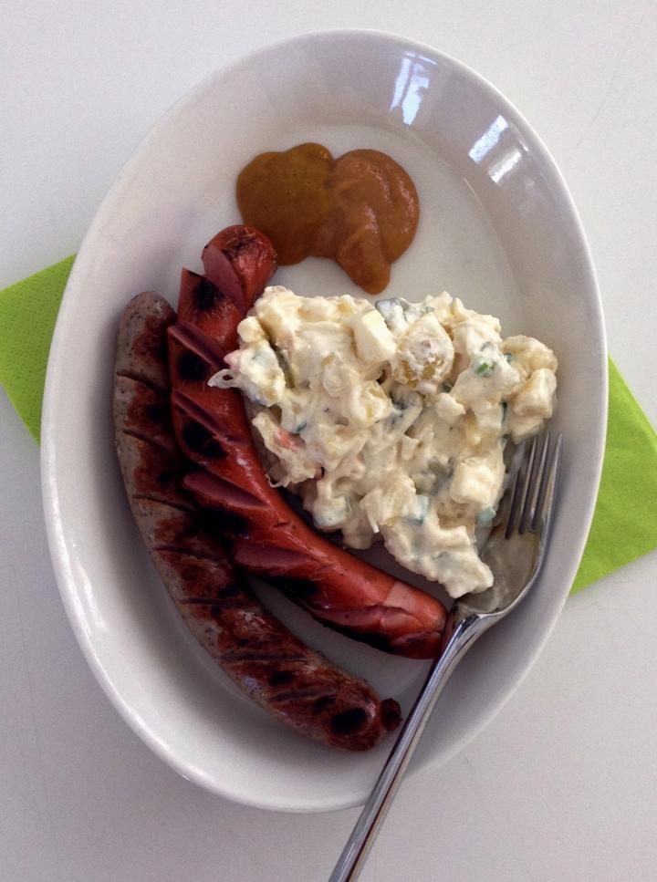 bratwurstia_hapankaali_perunasalaattia